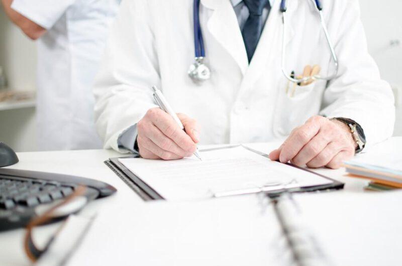 lekarz planujący terapię uzależnień