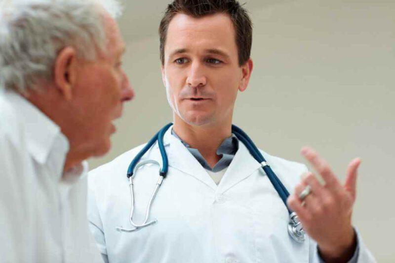 lekarz omiawia skutki uzależnienia od alkoholu